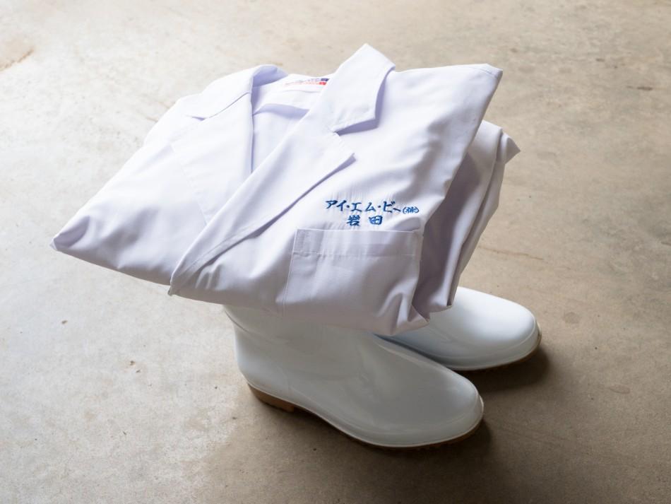 岩田社長の長靴と白衣